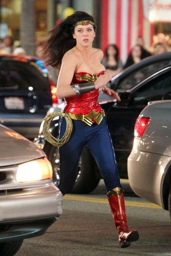 Adrianne Palicki tijdens de opnames voor de Wonder Woman-pilot. (Foto comicbookkid.co.uk)